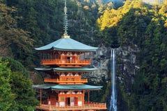 Pagode do templo de Seiganto-ji em Nachi Katsuura imagens de stock