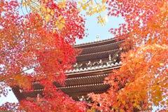Pagode door esdoornbladeren wordt gezien in Kyoto dat Stock Foto