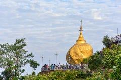 Pagode dourado da rocha, Kyaik Htee Yoe, estado de segunda-feira, Myanmar, 1-March-2018 Imagens de Stock Royalty Free