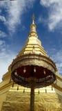 Pagode dourado e ambrella dourado em Tailândia WatPradhatchohar Imagens de Stock