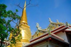 Pagode dourado e arquitetura tailandesa da arte em Wat Bovoranives, Banguecoque, Tailândia Imagens de Stock