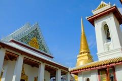 Pagode dourado e arquitetura tailandesa da arte em Wat Bovoranives, Banguecoque, Tailândia Fotos de Stock