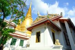 Pagode dourado e arquitetura tailandesa da arte em Wat Bovoranives, Banguecoque, Tailândia Fotografia de Stock Royalty Free
