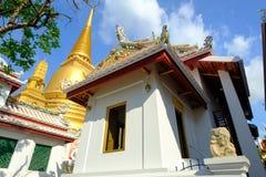 Pagode dourado e arquitetura tailandesa da arte em Wat Bovoranives, Banguecoque, Tailândia Foto de Stock Royalty Free