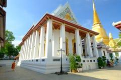 Pagode dourado e arquitetura tailandesa da arte em Wat Bovoranives, Banguecoque, Tailândia Imagem de Stock
