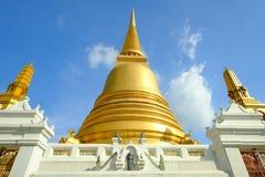 Pagode dourado e arquitetura tailandesa da arte em Wat Bovoranives, Banguecoque, Tailândia Imagens de Stock Royalty Free