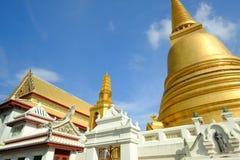 Pagode dourado e arquitetura tailandesa da arte em Wat Bovoranives, Banguecoque, Tailândia Fotos de Stock Royalty Free