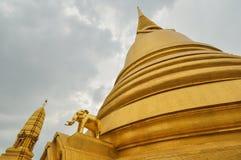 Pagode dourado em monastry real Fotos de Stock