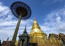 Pagode dourado em Wat Phra que Hariphunchai, província de Lamphun, Tailândia Fotos de Stock Royalty Free
