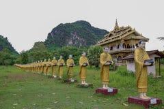 Pagode dourado na tonelada de Wat Sao Roi em Payatongsu, Myanmar Fotografia de Stock
