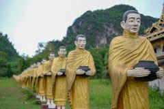 Pagode dourado na tonelada de Wat Sao Roi em Payatongsu, Myanmar Fotos de Stock