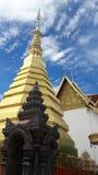 Pagode dourado no templo de Tailândia Imagem de Stock