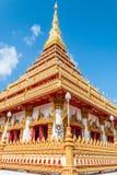 Pagode dourado no templo público de Wat Nong Wang e no céu azul, Khonk Foto de Stock