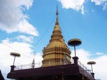 Pagode dourado no templo tailandês com fundo do céu azul Imagens de Stock Royalty Free