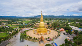 Pagode dourado Sri Vieng Chai Of Phra Phutthabat Huai da vista aérea imagem de stock royalty free