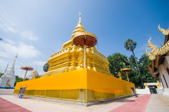 Pagode dourado, tanga de Wat Phra That Sri Jom (o templo real) Foto de Stock