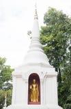 Pagode e estátua brancos de buddha no templo Chiang Mail do singha do phra Imagem de Stock