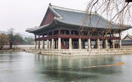 Pagode em um parque bonito do inverno em Seoul foto de stock