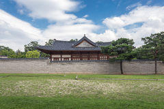 Pagode en muur bij Gyeongbokgung-Paleis Stock Fotografie