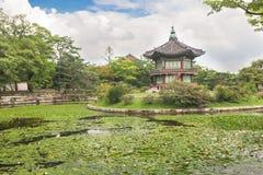 Pagode en tuin bij Gyeongbokgung-Paleis Stock Foto
