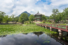 Pagode en vijver bij Gyeongbokgung-Paleis Stock Afbeelding