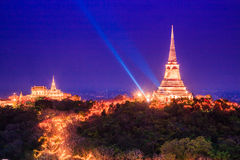 Pagode im Sonnenuntergang bei Phra Nakhon Khiri, Thailand lizenzfreies stockbild