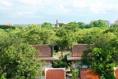 Pagode mit Sonnenlicht und blauem Himmel bei Wat Yai Chaimongkol, Si Ayutthaya, Thailand Phra Nakhon Buddhismustempel stockfotografie