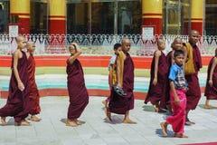 Pagode Myanmar ou Burma de Daw do papo de Shwe das monges da criança Imagens de Stock Royalty Free