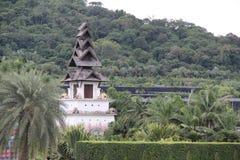 Pagode no jardim tropical de Tailândia fotografia de stock royalty free