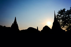Pagode da silhueta no templo tailandês Fotos de Stock
