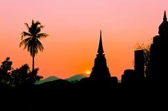 Pagode da silhueta no templo tailandês Imagem de Stock