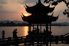 Pagode ocidental do silouhette do por do sol do lago Hangzhou Imagem de Stock