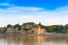 Pagode op de bank van de Irrawaddy-rivier, Mandalay, Myanmar, Birma Reis van Mandalay aan Bagan Exemplaarruimte voor tekst Stock Afbeelding