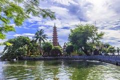 Pagode op meer in Hanoi stock afbeelding