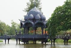 Pagode & ponte sobre o lago, Ayutthaya, Tailândia fotografia de stock