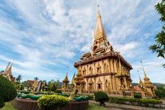 Pagode santamente no templo do chalong, Phuket, Tailândia imagens de stock