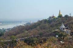 Pagode, stupas e fiume a Sagaing a Mandalay fotografie stock libere da diritti