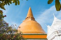 Pagode tailandês com céu azul imagem de stock
