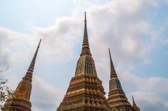 Pagode tailandês do ouro com céu azul imagem de stock