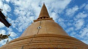 Pagode tailandês sob o céu azul Imagens de Stock Royalty Free