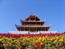 Pagode und Blumen Stockbild