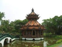 Pagode und Brücke, Muang Boran, Bangkok, Thailand Lizenzfreies Stockfoto
