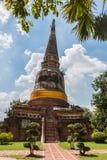 Pagode und Buddha-Status bei Wat Yai Chaimongkol Stockfotografie