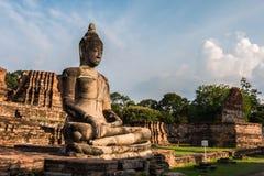 Pagode und Buddha-Status bei Wat Yai Chaimongkol stockfoto
