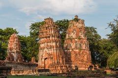 Pagode und Buddha-Status bei Wat Yai Chaimongkol lizenzfreie stockbilder