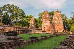 Pagode und Buddha-Status bei Wat Yai Chaimongkol stockfotos