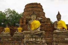 Pagode und Buddha-Status bei Wat Yai Chaimongkol Lizenzfreie Stockfotografie
