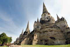 Pagode velho com o céu nebuloso em Tailândia Fotos de Stock Royalty Free