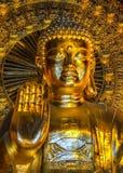 Pagode Vietnams Chua Bai Dinh: Schließen Sie oben vom Fehlschlag riesiger goldener Budd Stockfotografie