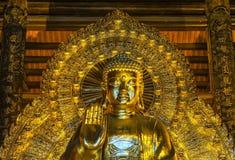 Pagode Vietnams Chua Bai Dinh: Stirnseite nah oben von riesigem goldenem B Lizenzfreie Stockbilder